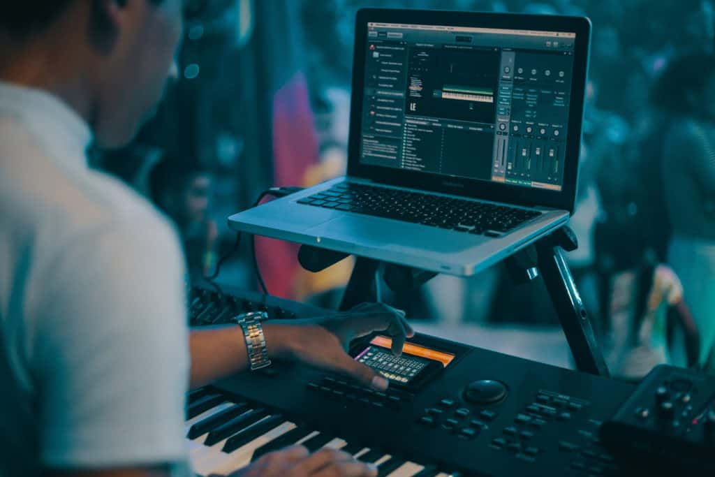 best apple laptop for music production - this music producer is using his macbook pro for his live performance