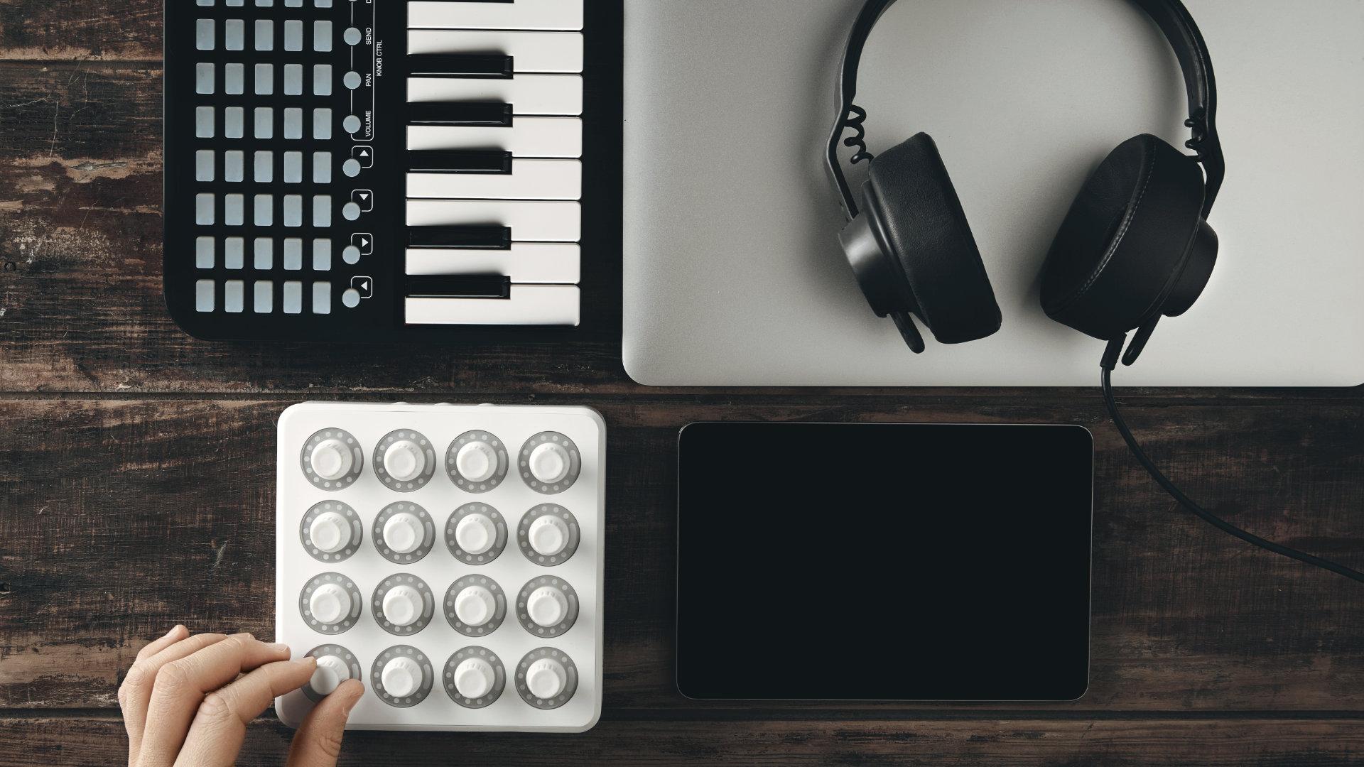 minimalist music production setup 2021 - decibel peak
